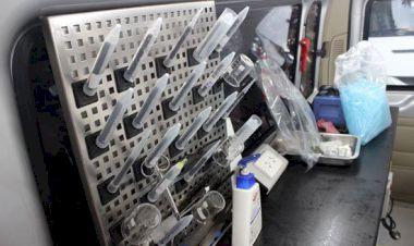 Các dụng cụ trên xe bao gồm: ống nghiệm, cốc thí nghiệm… được treo gọn gàng