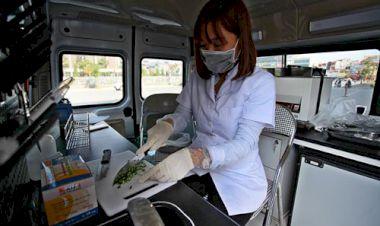 Để có thể xét nghiệm, các mẫu thực phẩm sẽ được cắt nhỏ và pha dung môi tùy độ phức tạp.