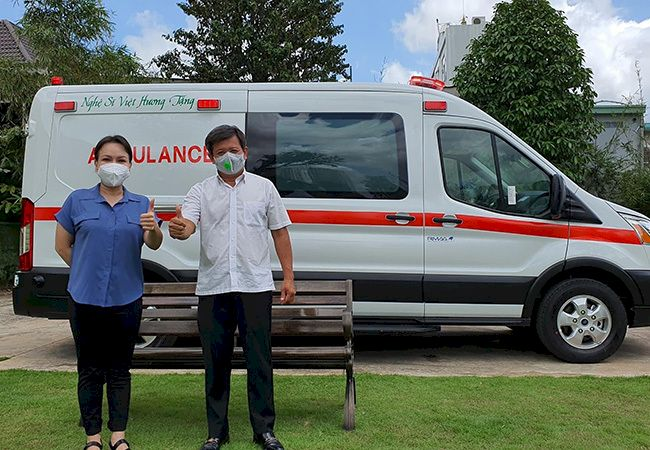 Việt Hương xúc động giao xe cứu thương 2,5 tỷ đồng cho ông Đoàn Ngọc Hải